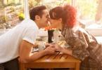 Poljubac zaljubljenog para na kavi