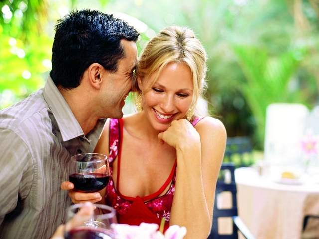 Par flertuje uz piće